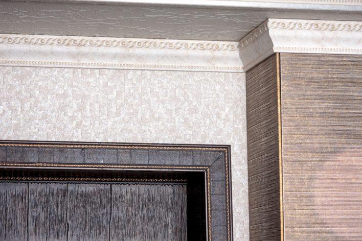Внутренний угол багета на потолке