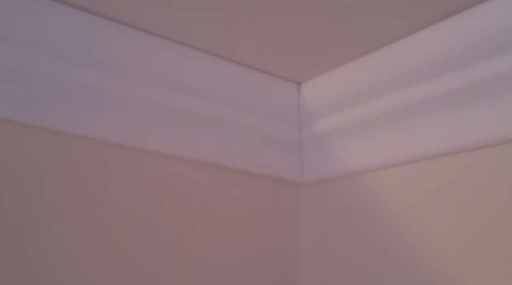 Как состыковать потолочный плинтус без стусла – простой способ!