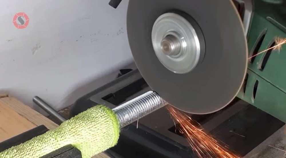 Обрезка шпильки под размер с помощью УШМ