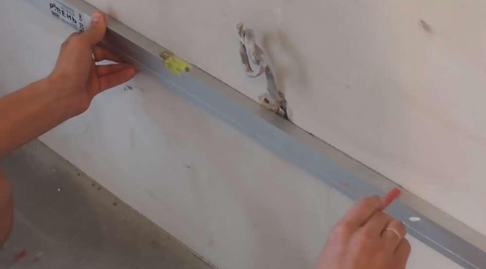 Разметка стены для отверстия под подрозетники