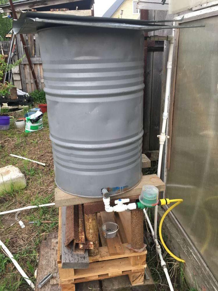 Металлическая бочка для капельного полива на даче