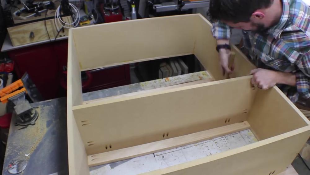 процесс изготовления потайного дверь-шкафа из фанеры шаг 14