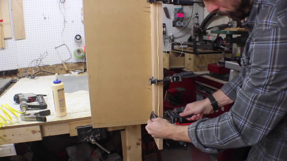 процесс изготовления потайного дверь-шкафа из фанеры шаг 18