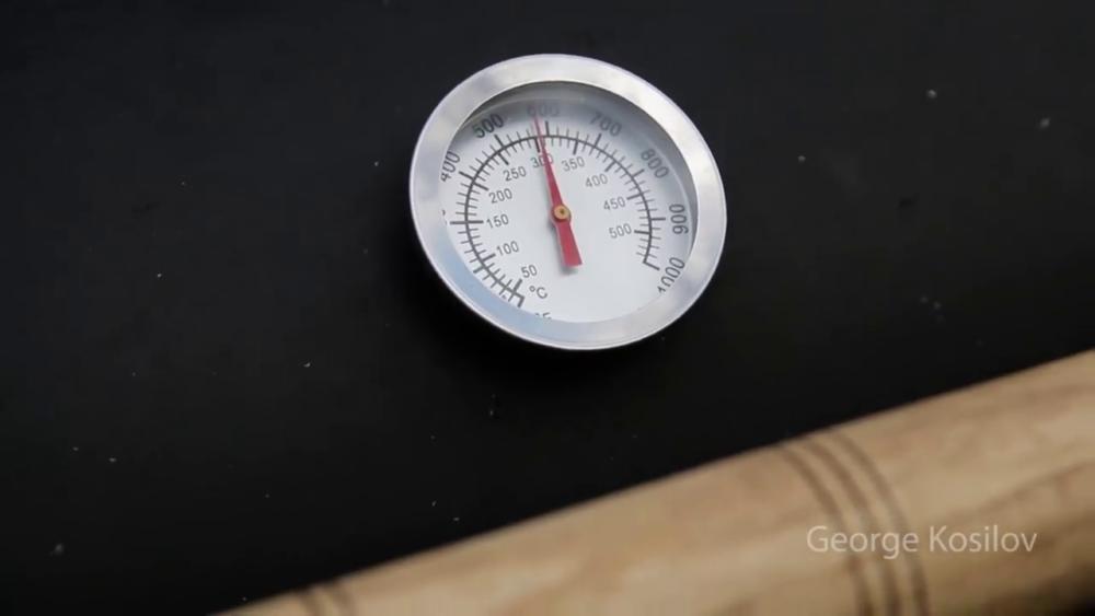 термометр на свин-барбекю из газового баллона