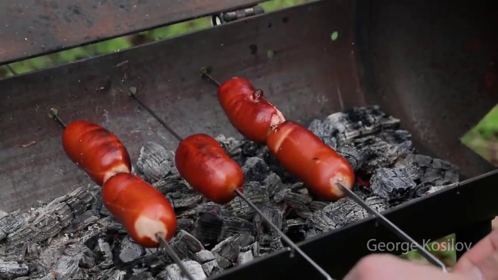 приготовление сарделек на свин-барбекю