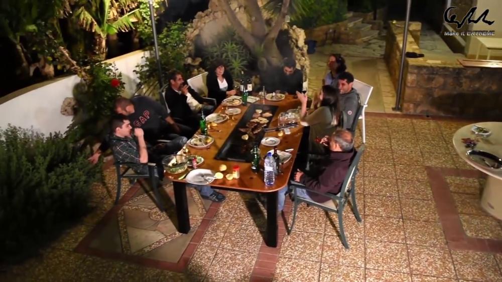 семья за столом барбекю