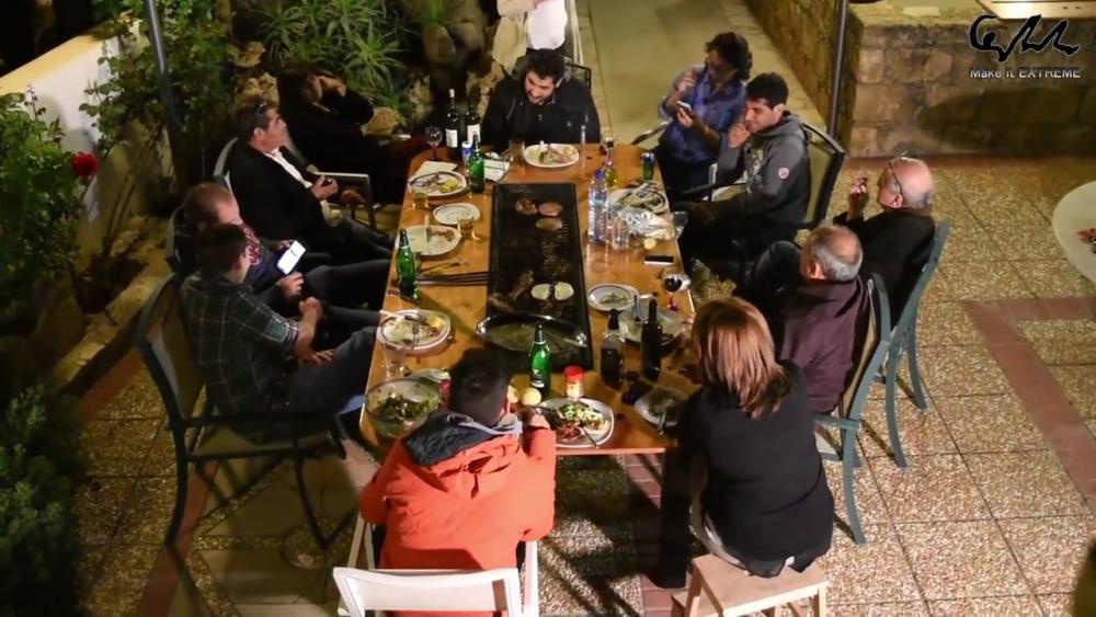 друзья за столом барбекю