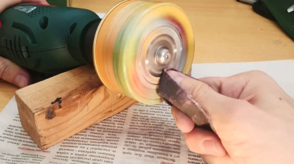 Зачистка лакокрасочного покрытия банки наждачкой